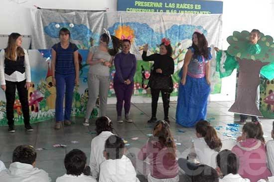 Alumnos del Profesorado de Inglés presentaron una obra de teatro en la Escuela Nº 56