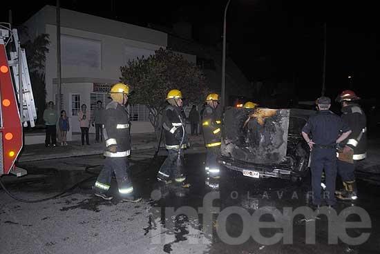Un auto se incendió mientras circulaba por la calle