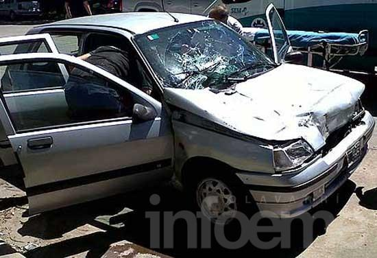 Mujer resultó herida tras chocar con un acoplado estacionado