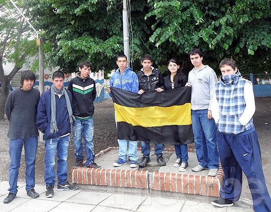 Alumnos de la Escuela 14 arreglaron mástil de la institución