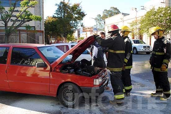 Principio de incendio de un auto en microcentro