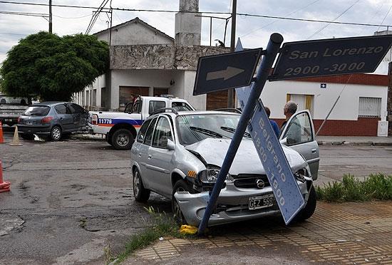 Violento choque entre dos autos: terminaron en la vereda