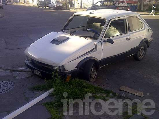 Iba en contramano, derribó un poste y abandonó el auto