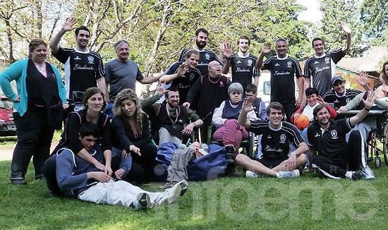 Estudiantes se pone la camiseta de la solidaridad