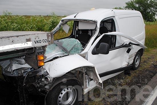 Empleado de correo con heridas graves tras choque con camión