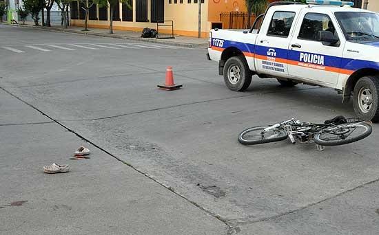 Ciclista en grave estado al ser atropellado por auto que se fugó