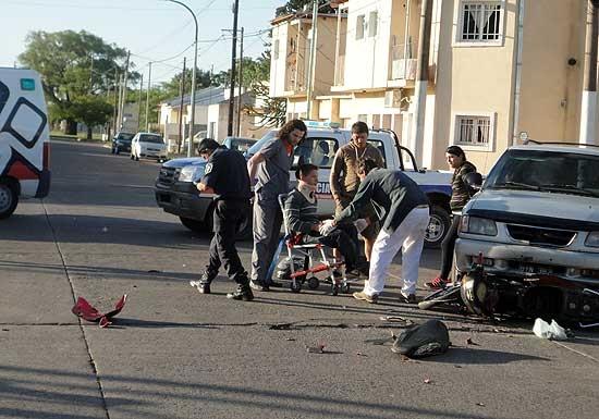 Motociclista con heridas leves en choque con una camioneta