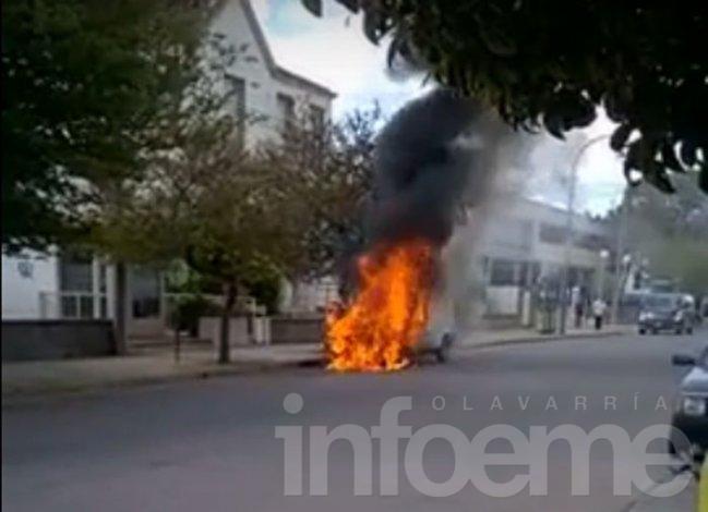 Voraz incendio de una camioneta frente al Hospital