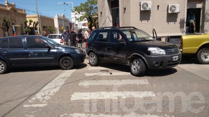 Choque entre auto y camioneta no dejó heridos