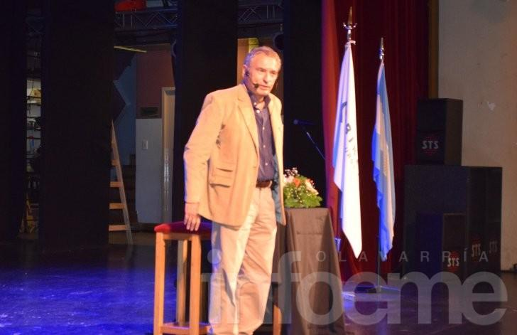 A sala llena, Sergio Sinay disertó en el Teatro Municipal