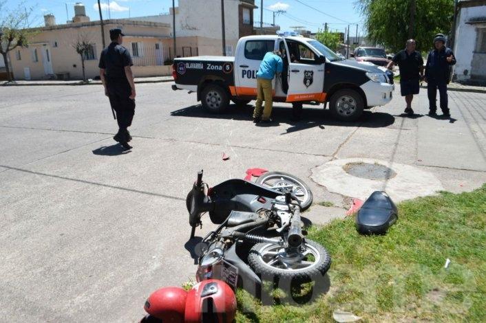 Dos heridos en choque entre moto y camioneta