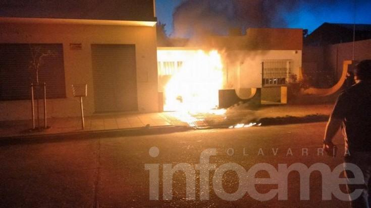 Así se incendió un auto en un garaje