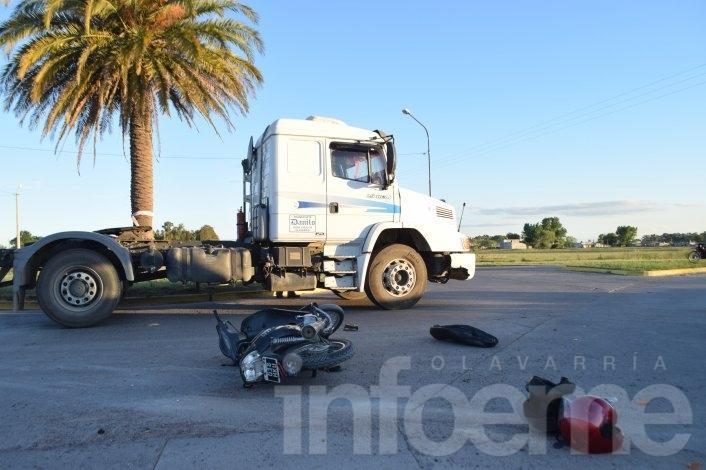 Una motociclista herida al ser atropellada por un camión en una rotonda