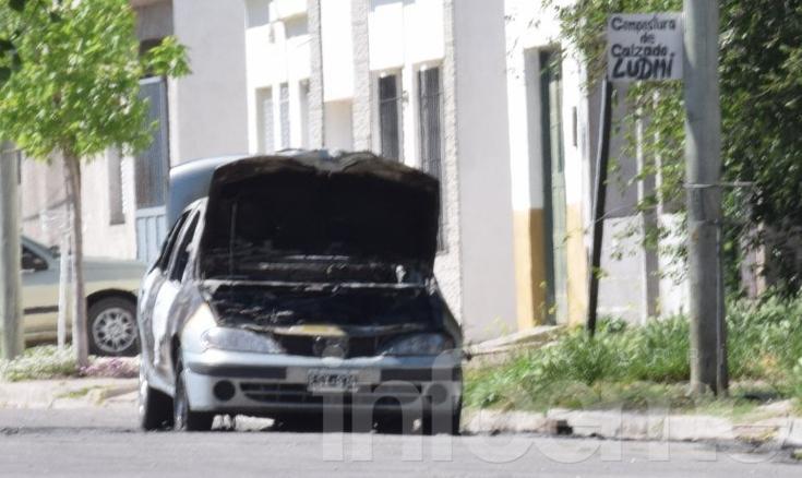 Daños totales en el incendio de un auto