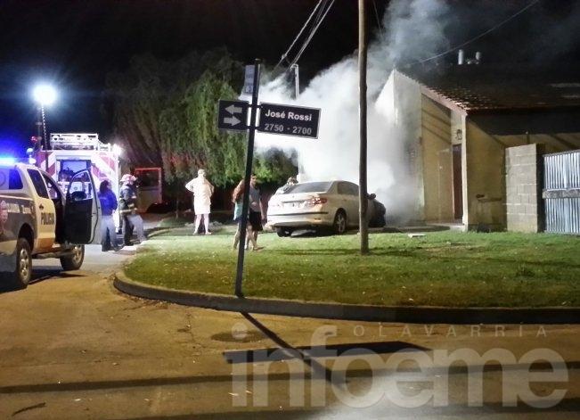 Un auto se incendió en el barrio Los Robles