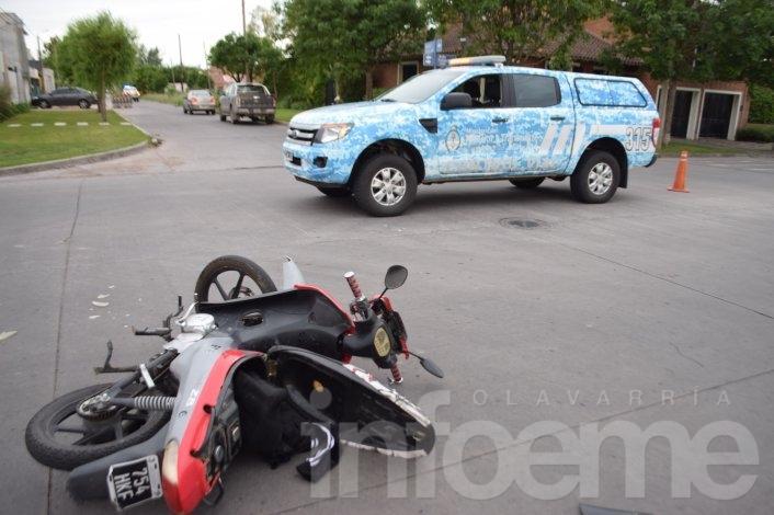 Un herido en un choque entre auto y moto