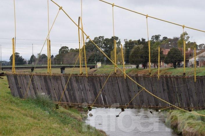 Comenzaron los trabajos de reparación del puente y elevan el reclamo a la empresa de seguros del auto