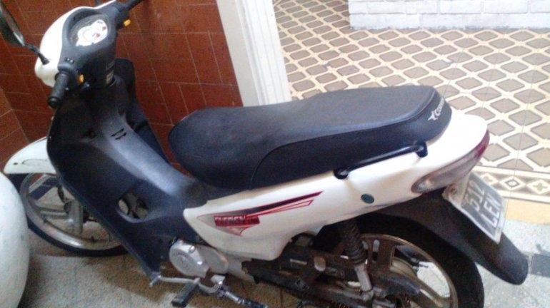 Retienen a dos menores por robar una moto