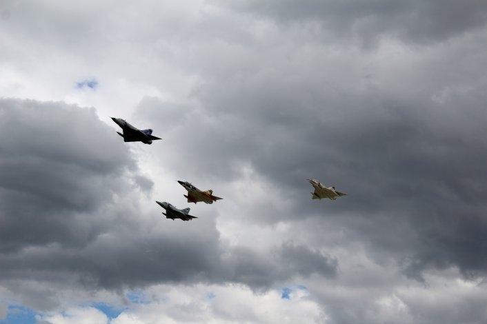 Multitudinaria despedida de los aviones Mirage en Tandil