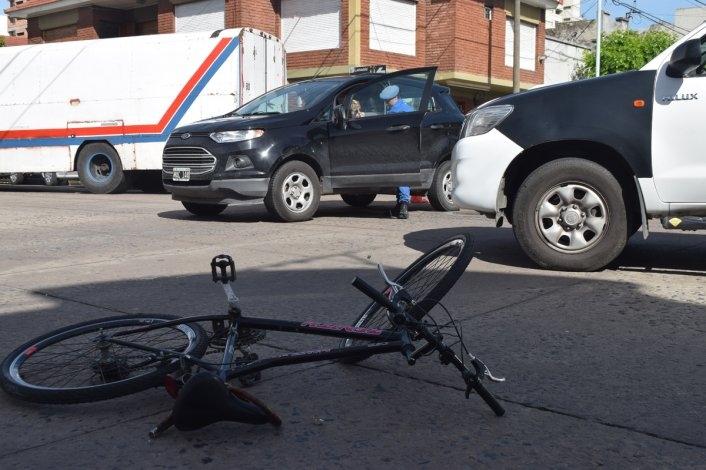 Ciclista herido en choque con camioneta