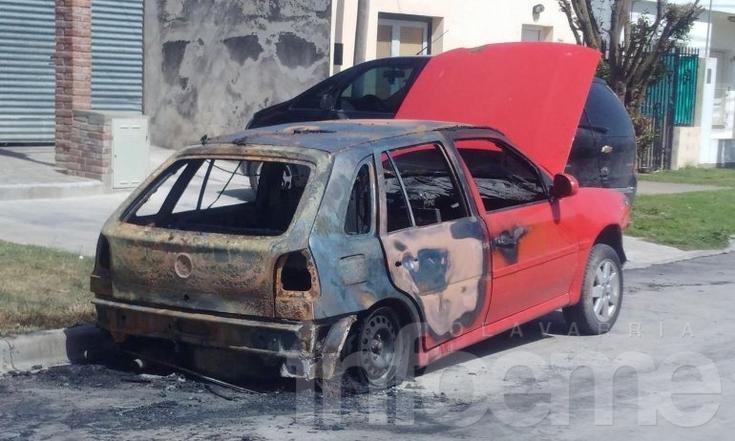 Dos autos incendiados durante la madrugada