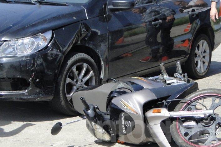 Motociclista herida en choque con un automóvil
