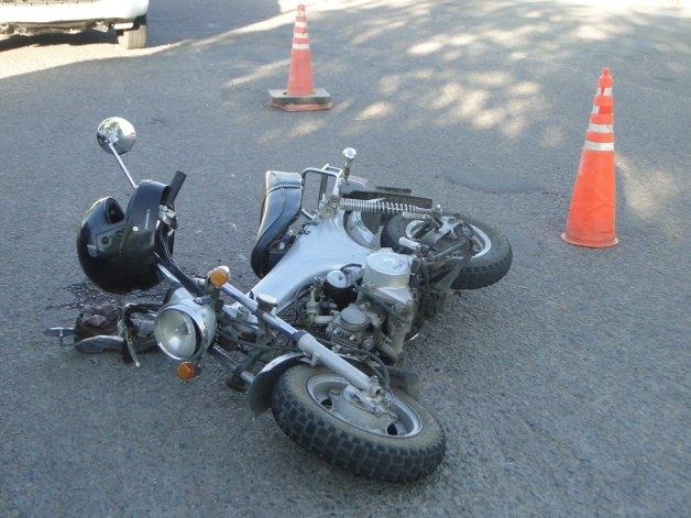 Embistió a un motociclista y se dio a la fuga