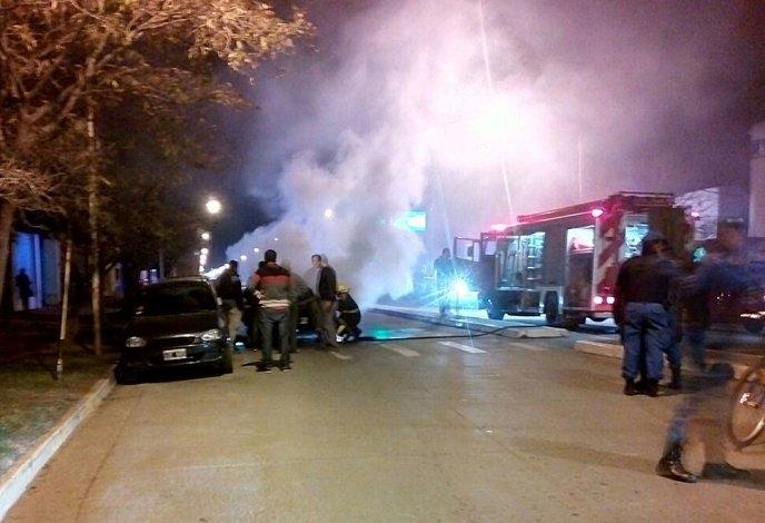 Una camioneta se incendió por completo durante la noche