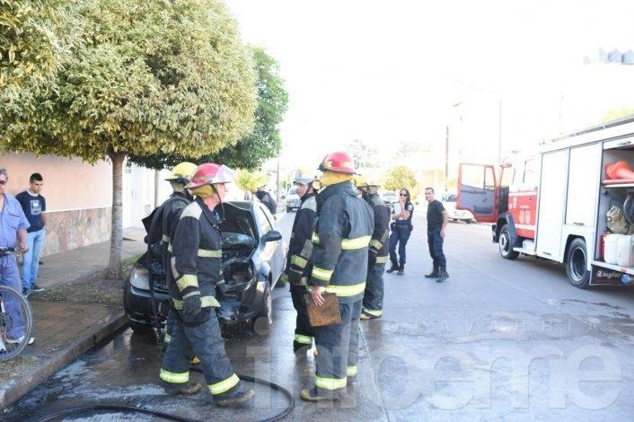 Impresionante incendio en un auto causó importantes pérdidas