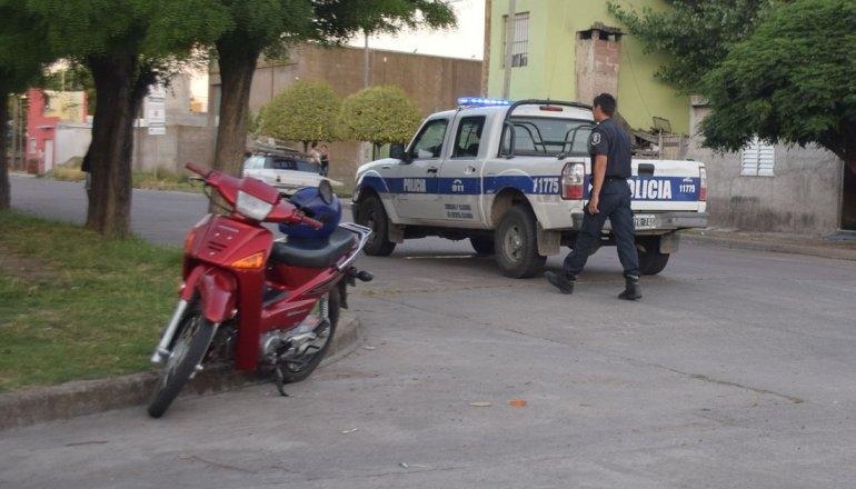 Una Motociclista fue trasladada al Hospital al chocar con una camioneta