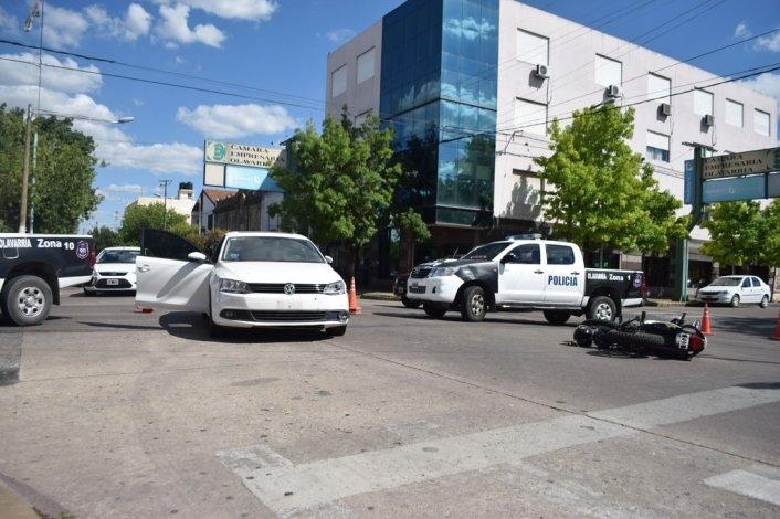 Fuerte accidente entre auto y moto, dos personas heridas
