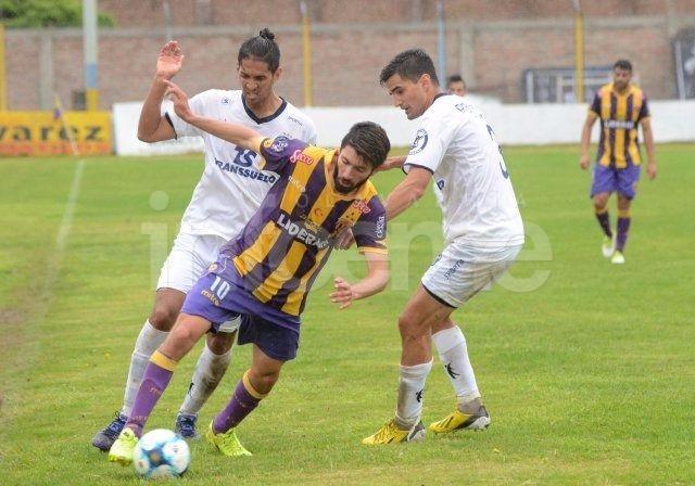 Racing vuelve victorioso de Bahía Blanca para seguir primero