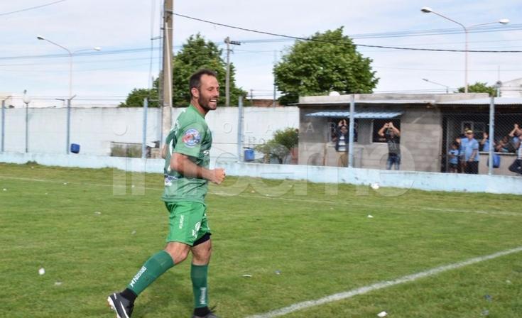 Ferro goleó a Embajadores y clasificó a los Play-Offs