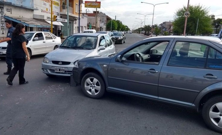 Chocaron dos autos en un semáforo de Av. Pringles