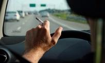 Quieren multar a quienes fuman mientras conducen
