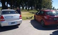 Dos autos chocaron frente a la entrada del Regimiento