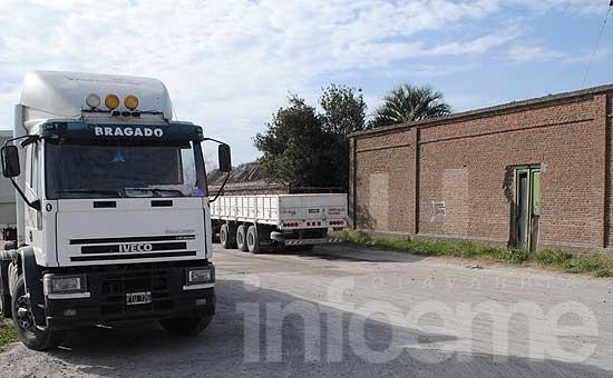 Infraccionan a camiones por circular y estacionar en lugares no permitidos