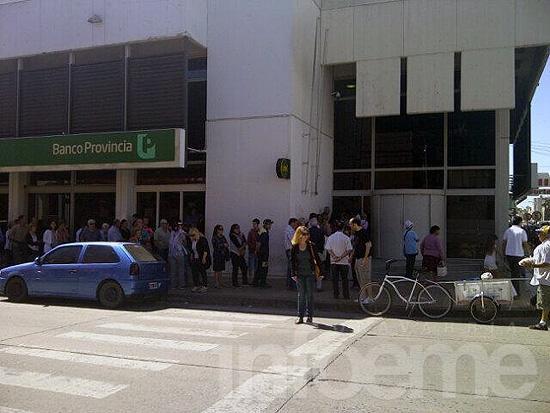 La banca local, semiparalizada por protesta policial