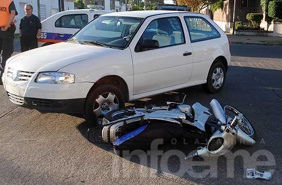 Fuerte choque entre una moto y un auto