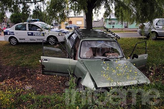 Dos heridos en un vuelco en barrio Trabajadores