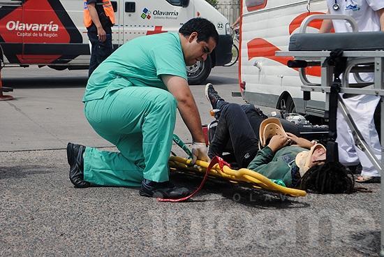 Moto terminó debajo de una casilla rodante: dos heridos