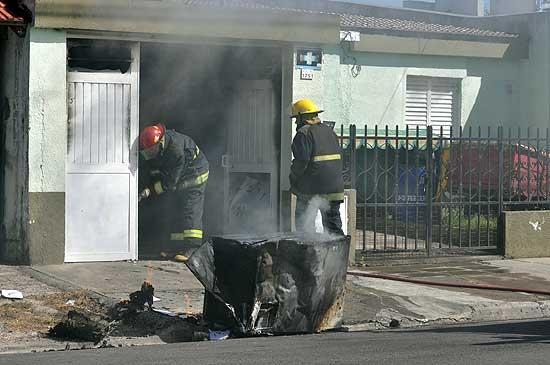Explotó un freezer y se incendió el garage de una vivienda