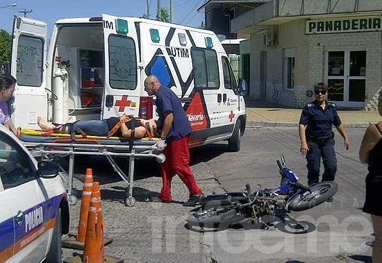 """Motociclista herida al ser """"encerrada"""" por un automóvil"""