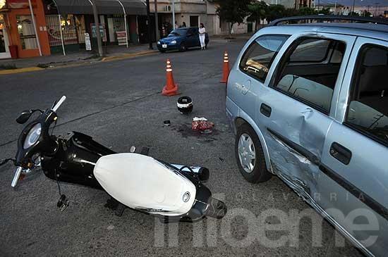 Un motociclista herido en un fuerte choque
