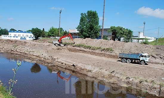 Las obras de ensanchamiento y limpieza en el arroyo ya llevan dos años