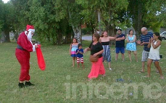 Papá Noel repartió golosinas por algunos barrios de Olavarría