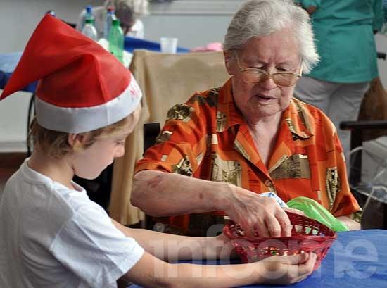 Pequeños Papas Noel visitaron el Hogar de Ancianos