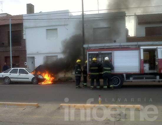 Le dio marcha al auto y se le prendió fuego