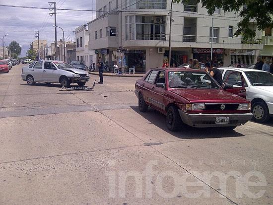 Remís chocó con otro automóvil en el microcentro