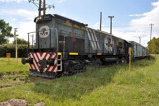 Leve choque entre un camión y un tren